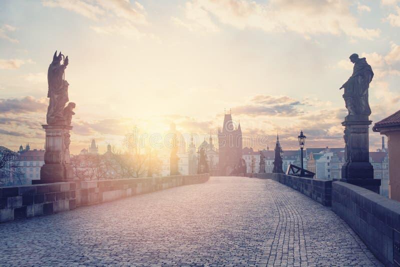 De toneelmening van Charles Bridge bij zonsopgang De architectuur van Praag, Tsjechische Republiek, Europa royalty-vrije stock foto's