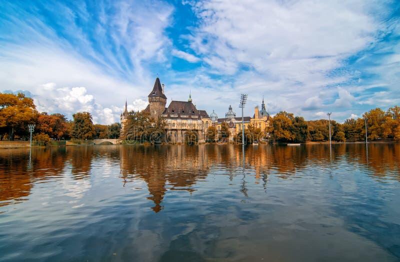 De toneelmening van Vajdahunyad-Kasteel dacht in het meer na onder de schilderachtige hemel in hoofdstadspark, Boedapest, Hongari royalty-vrije stock foto's