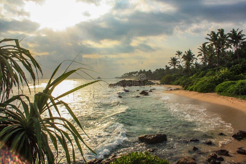 De toneelmening, zonsondergang, leeg kalm strand, Sri Lanka, oceaan, golven, ontspant en koelt royalty-vrije stock foto