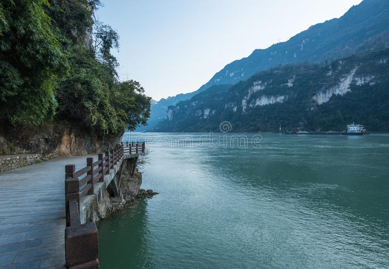 De Toneelvlek van de drie Klovenstam langs de Yangtze-Rivier; gevestigd stock foto