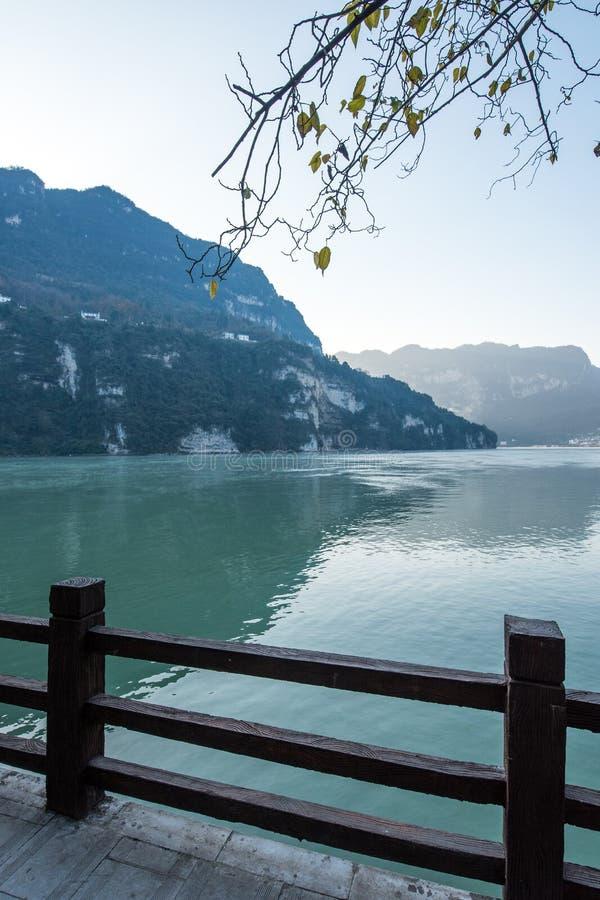 De Toneelvlek van de drie Klovenstam langs de Yangtze-Rivier; gevestigd stock afbeeldingen