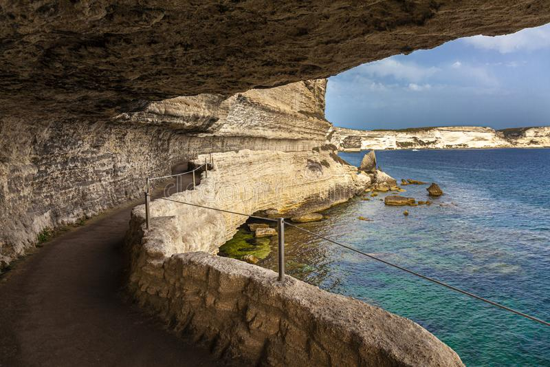 De toneelweg sneed in de rots die langs het overzees in de stad van Bastia in Corsica loopt royalty-vrije stock afbeeldingen