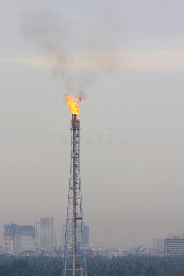 De toorts van het de brandgas van de raffinaderij stock foto