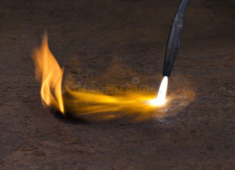 De toorts van het lassen en vlam stock fotografie