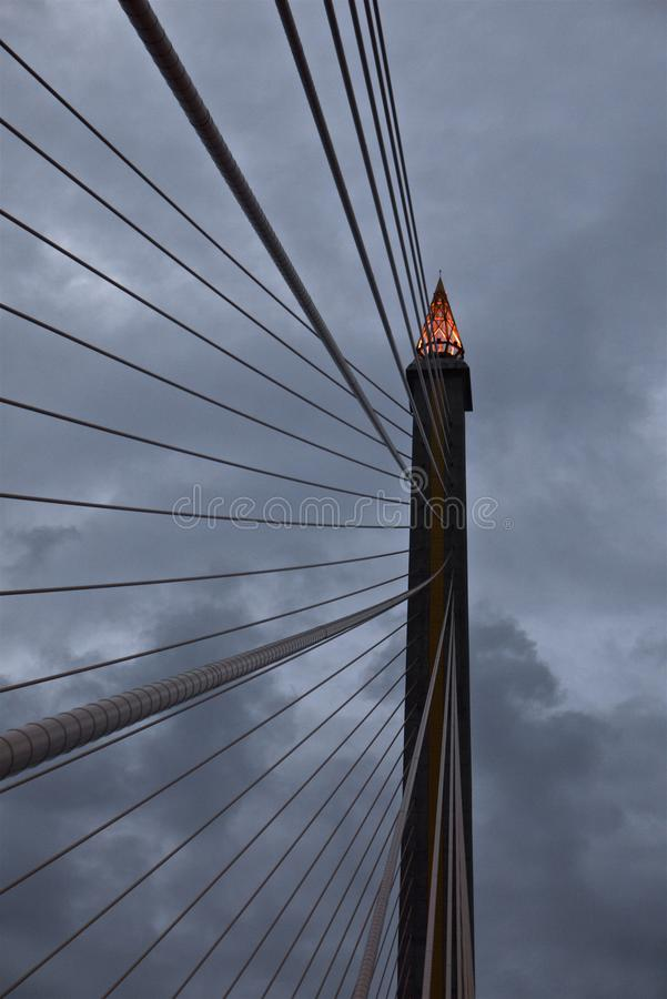 De toortsvorm van de pylon bovenkant van kabel-gebleven Brug bij de schemer stock fotografie