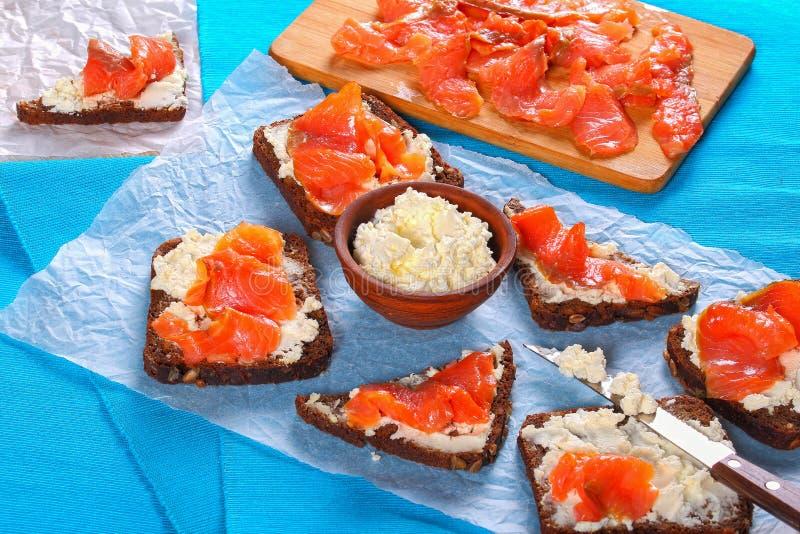 De toosts van het roggebrood met roomkaas en zalm royalty-vrije stock fotografie