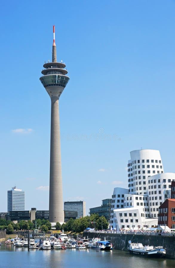 De toren Dusseldorf van Rheinturm stock afbeeldingen