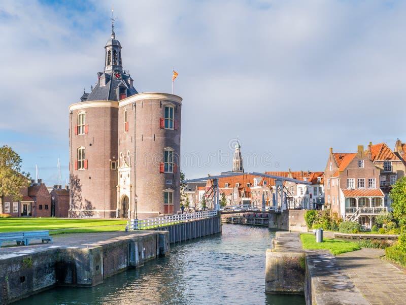 De toren en de brug van de Drommedarisdefensie in oude haven van Enkhuizen stock afbeeldingen
