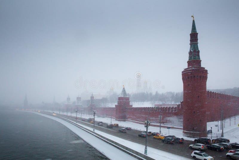 De toren en de dijk van Moskou het Kremlin in sneeuwstorm royalty-vrije stock foto's