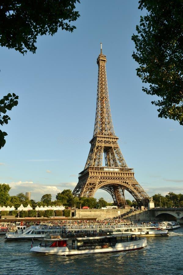 De Toren en de rivier de passagiersschepenverkeer van de Zegen intens cruise van Eiffel stock afbeelding