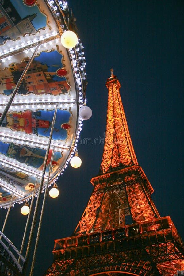 De Toren en 's nachts de Carrousel van Eiffel stock afbeeldingen