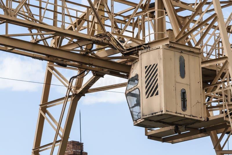 De toren van de bouwkraan op blauwe hemelachtergrond Kraan en de bouw het werk vooruitgang Gele opheffende tapkraan royalty-vrije stock foto