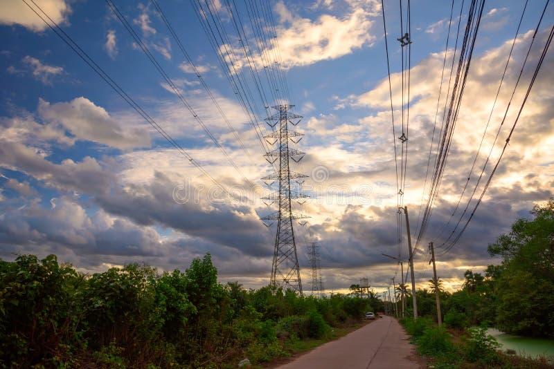 De toren van de hoogspanningselektriciteit bij schemering stock foto