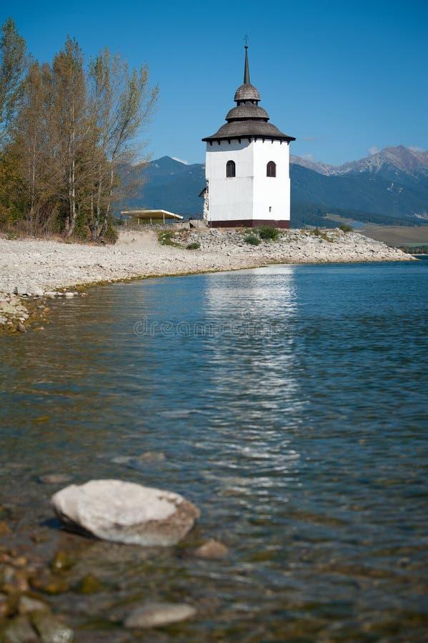 De Toren van de kerk dichtbij Liptovska Mara, Slowakije stock afbeelding