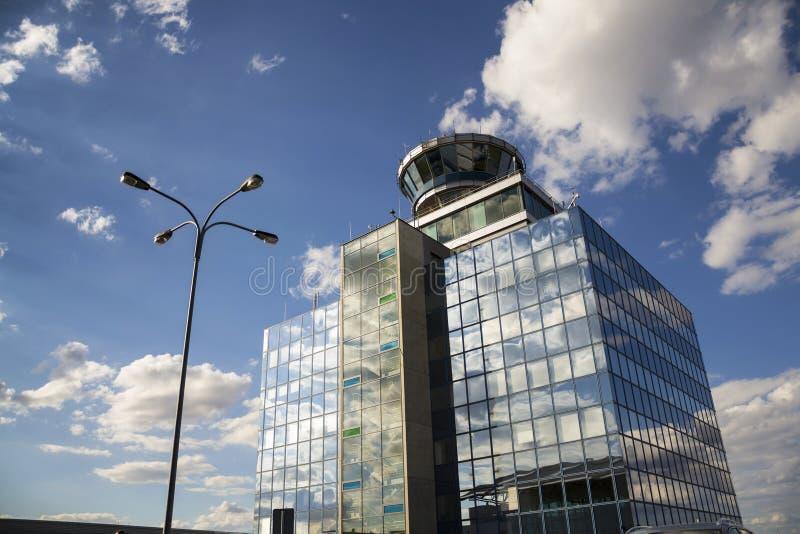De toren van de luchtverkeerscontrole op luchthaven in Praag, Tsjechische Republiek royalty-vrije stock fotografie