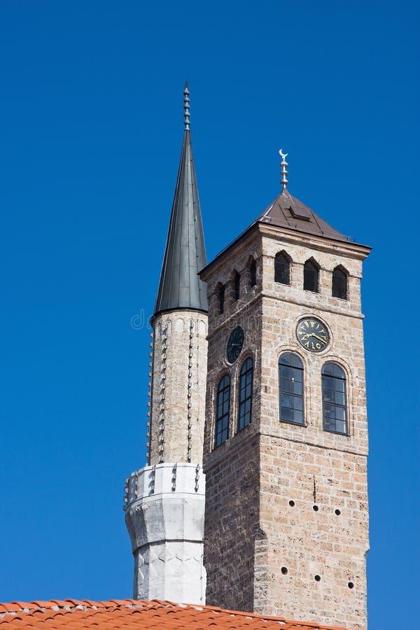 De toren van de moskee en van het horloge stock fotografie