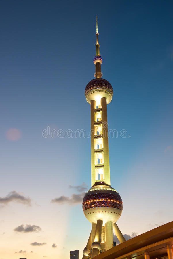 De toren van de Parel van Shanghai bij nacht stock afbeeldingen