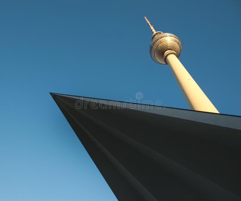 De toren van de televisie in Berlijn mitte met blauwe hemel royalty-vrije stock foto's