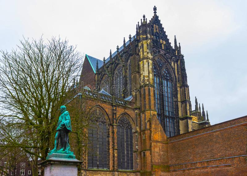 De toren van de Dom kathedraal boven een rij van historische huizen van Utrecht, Holland royalty-vrije stock afbeeldingen