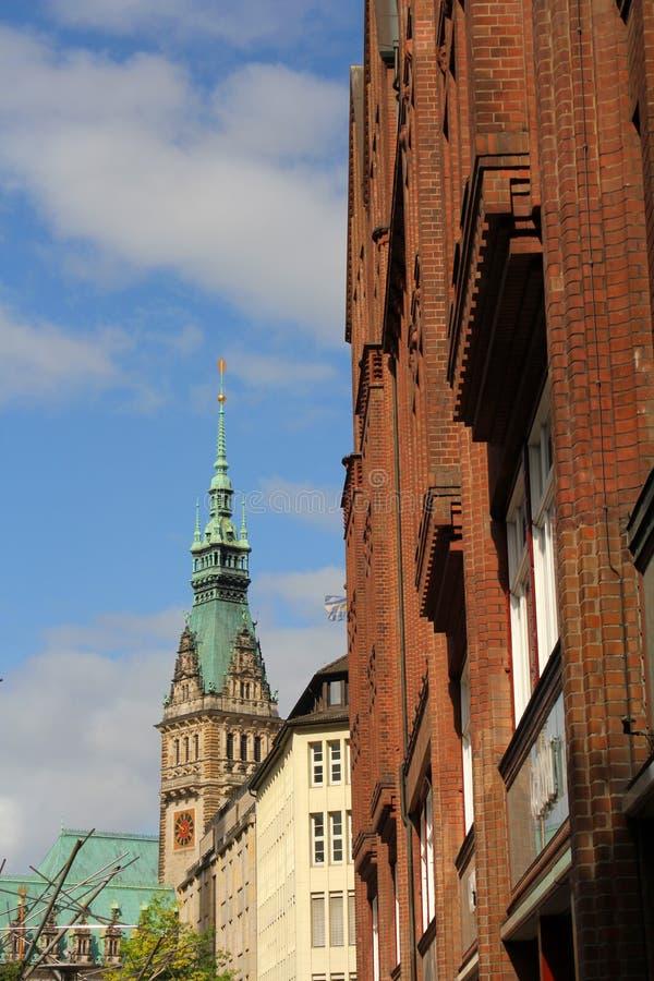 De toren van een oud gebouw met een klok royalty-vrije stock foto's
