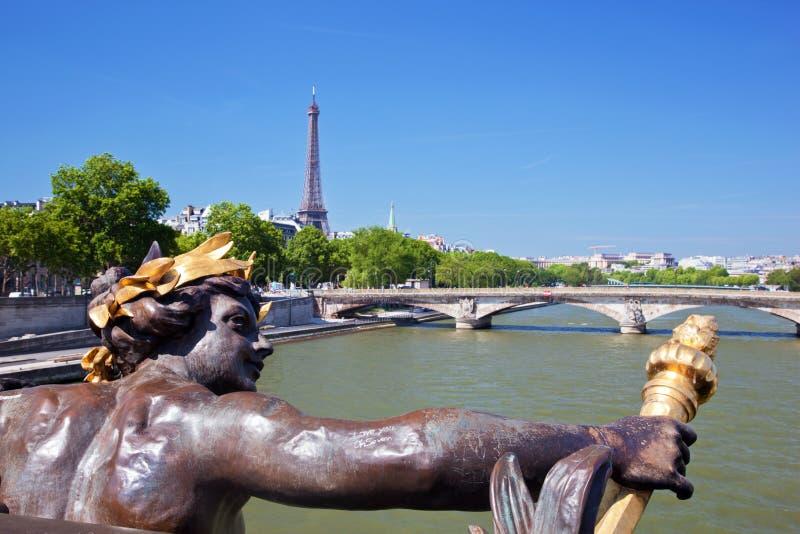 De Toren van Eiffel, artistieke standbeeld en brug op Zegenrivier in Parijs, Frankrijk. royalty-vrije stock foto's