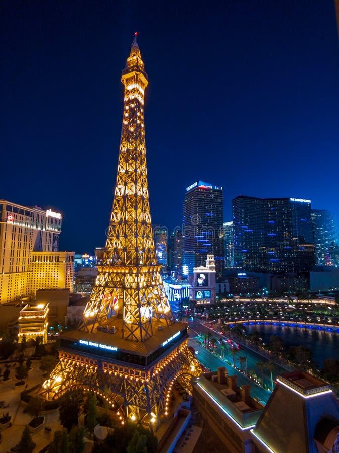 De toren van Eiffel bij het casinosatellietbeeld van Parijs van Ballys-hotel bij nacht stock foto's