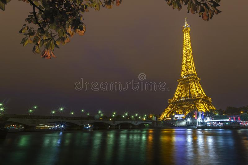 De Toren van Eiffel bij Nacht en de Iena Brug royalty-vrije stock foto's