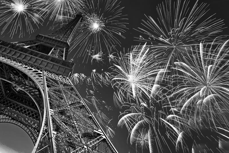 De toren van Eiffel bij nacht met vuurwerk, Franse viering en partij, zwart-wit beeld, Parijs Frankrijk royalty-vrije stock foto