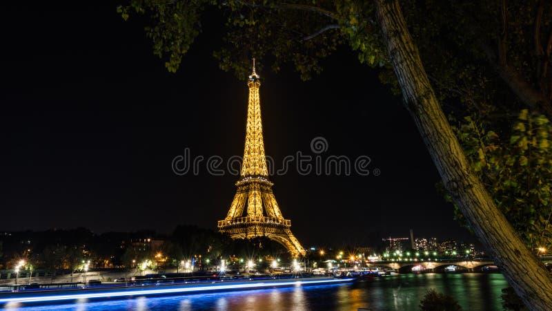De toren van Eiffel bij nacht in Parijs stock foto's