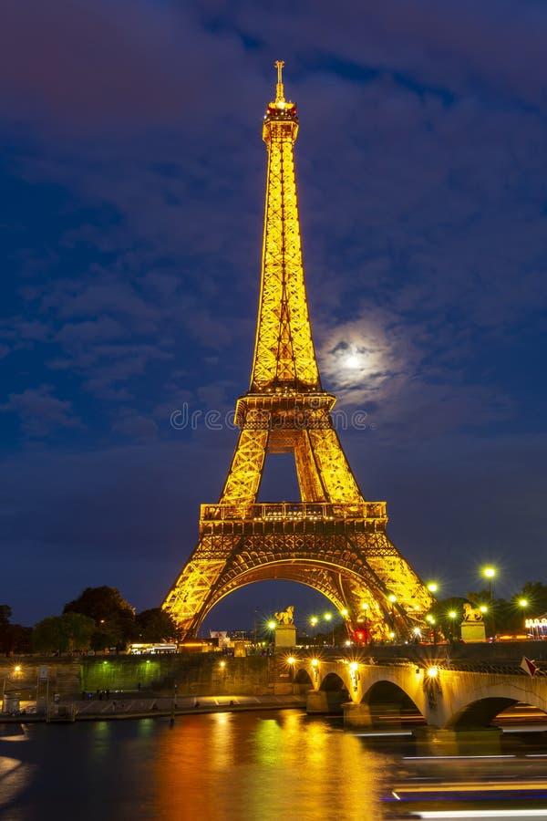 De toren van Eiffel bij nachtverlichting, Parijs, Frankrijk royalty-vrije stock afbeeldingen