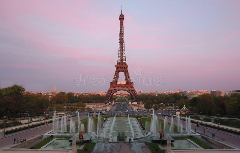 De Toren Van Eiffel Bij Schemer Stock Foto's
