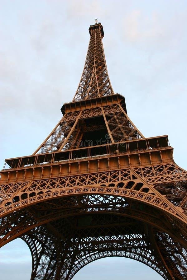 De Toren van Eiffel bij zonsondergang. stock afbeeldingen