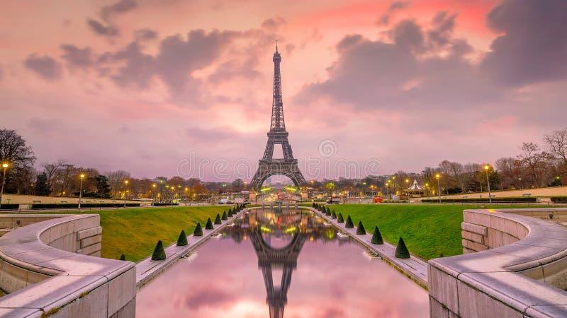 De Toren van Eiffel bij zonsopgang van Trocadero-Fonteinen in Parijs stock fotografie