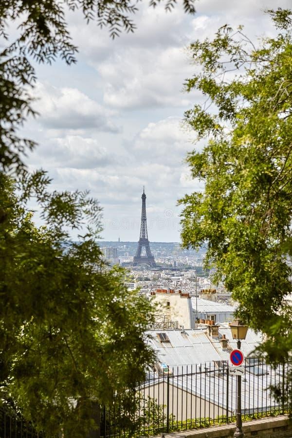 De Toren van Eiffel van Butte Montmartre onder de bomen wordt bekeken die Verti stock afbeelding