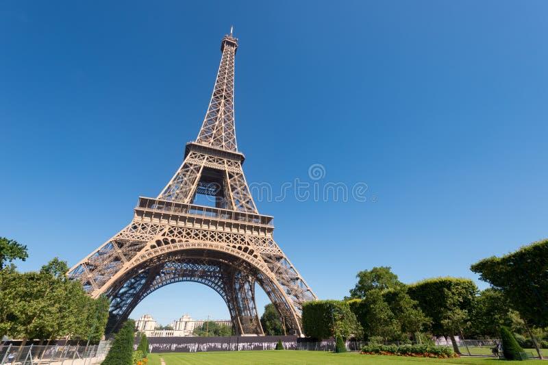 De Toren van Eiffel van de Champ de Marstuinen in de zomer stock afbeelding