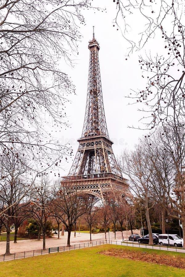 De Toren van Eiffel is in de de winterdag royalty-vrije stock foto