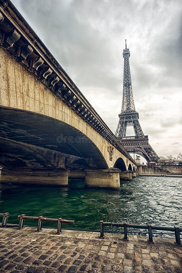 De toren van Eiffel en de brug van Jena stock foto