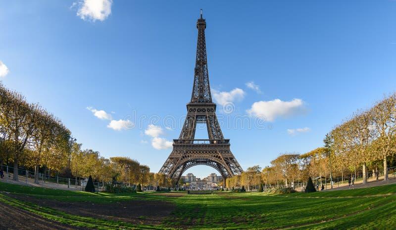 De Toren van Eiffel en Gebied van Mars stock foto