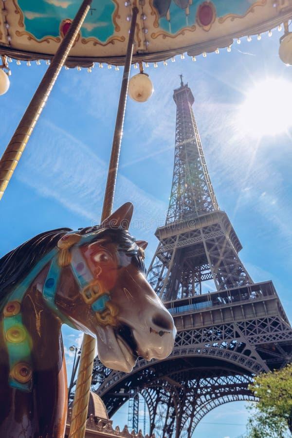 De Toren van Eiffel en kleurrijke wijnoogst vrolijk-gaan-rond, carrousel op zonnige dag, Parijs, Frankrijk royalty-vrije stock afbeelding
