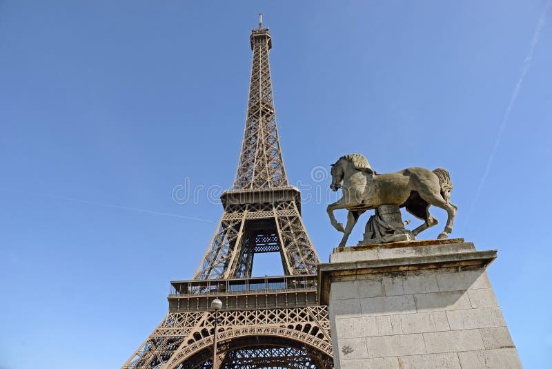 De Toren van Eiffel en Paardbeeldhouwwerk in Voorgrond, Parijs, Frankrijk royalty-vrije stock afbeeldingen