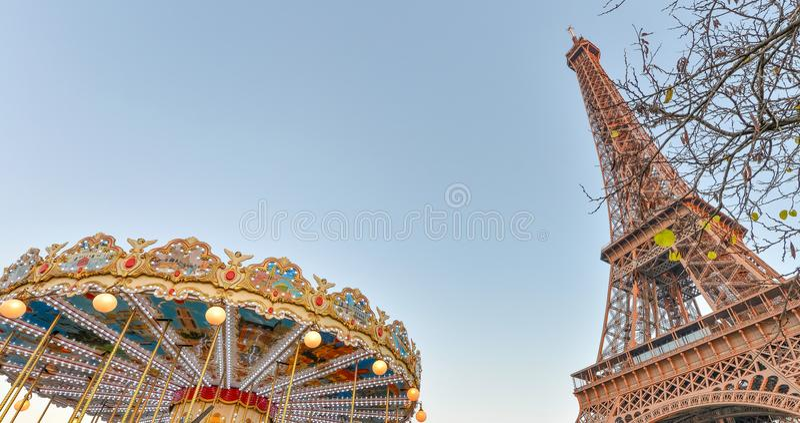 De Toren van Eiffel en vrolijk-gaan-rond het wiel bij zonsondergang, Parijs - Fra royalty-vrije stock foto