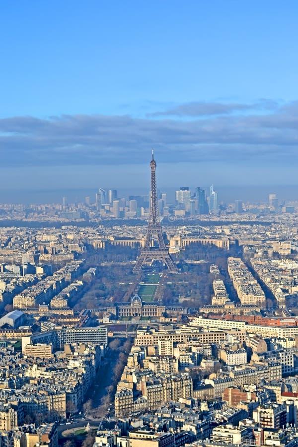 De Toren van Eiffel, La-Defensie bedrijfsdistrictsvoorgrond en stadslandschap onder mist en blauwe wolken in Parijs, Frankrijk, royalty-vrije stock afbeeldingen