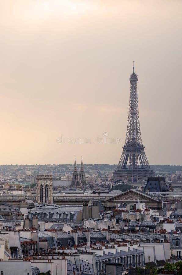De Toren van Eiffel met de horizon van Parijs bij zonsondergang royalty-vrije stock foto