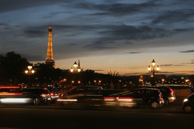 De Toren van Eiffel, nacht die van Pont Alexandre lll, in Parijs, Frankrijk wordt bekeken De toren wordt verlicht bij nacht door  royalty-vrije stock afbeelding