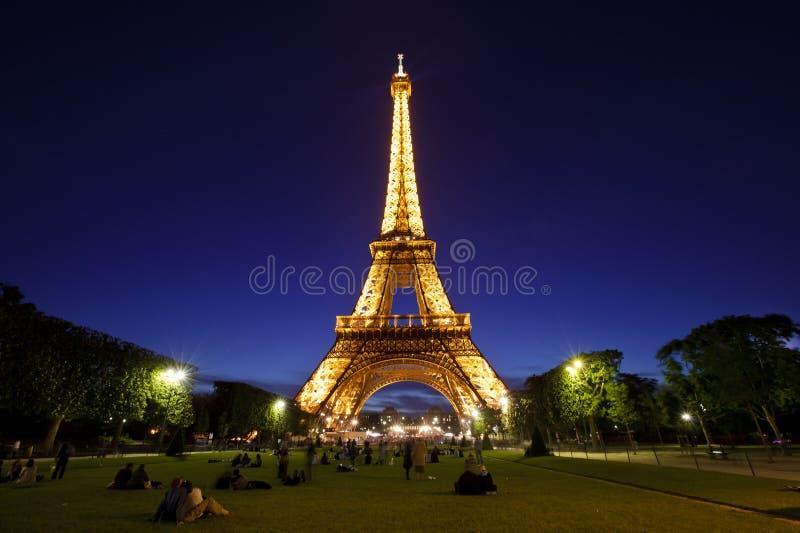 De Toren van Eiffel in nachtlicht, Parijs, Frankrijk. stock afbeeldingen