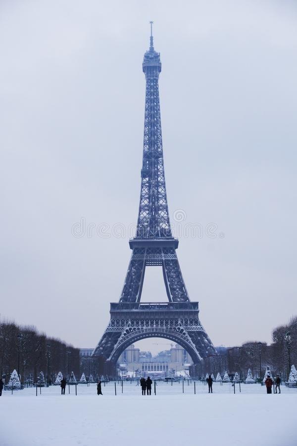 2018 de toren van Eiffel onder sneeuw royalty-vrije stock afbeelding