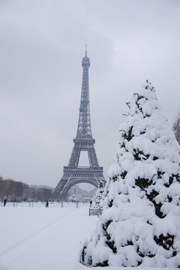 1998-2018 de toren van Eiffel onder verse sneeuw stock afbeelding
