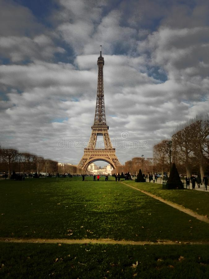 De Toren van Eiffel op de achtergrond van groen gras royalty-vrije stock foto's