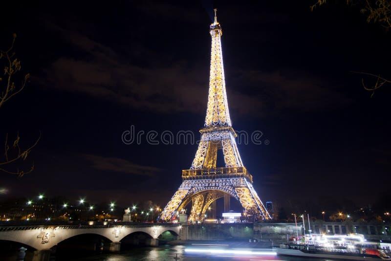 De toren van Eiffel over Zegen in Parijs stock fotografie