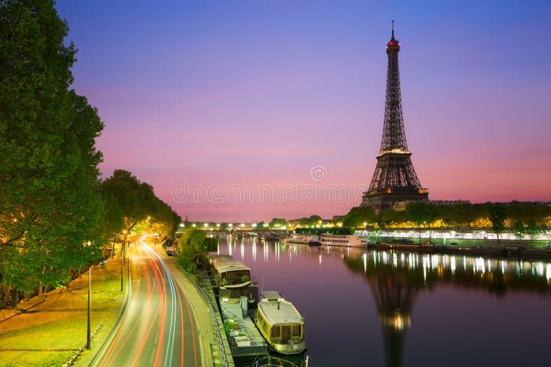 De toren van Eiffel, Parijs, bij Schemer stock foto's